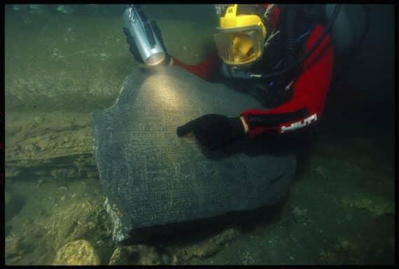 Fragment du Naos des Décades, (Nectanébo Ier, 30e dynastie (380 à 362 av. J.-C.), Canope, baie d'Aboukir, Égypte Les plongeurs de l'Institut européen d'archéologie sous-marine (IEASM) ont découvert les parties manquantes du Naos des Décades, véritable puzzle archéologique, reconstitué sur une durée de deux siècles : le toit est au musée du Louvre depuis le XIXe siècle, le socle et la paroi postérieure ont été découverts en 1940 en baie d'Aboukir, et les parois latérales ont été trouvées par l'IEASM en 1999. Ce monument unique fait le lien entre l'observation de la position des étoiles et des constellations dans le ciel et leurs possibles influences bénéfiques ou maléfiques. Le calendrier égyptien divisait l'année en 36 phases de 10 jours ou décades, la 37e ne comportant que les 5 jours nécessaires pour compléter l'année de 365 jours. Le respect du calendrier et l'observation des constellations-décans, qui permettaient de déterminer les heures de nuit, constituaient un des aspects essentiels de la célébration de tout rituel qui s'effectuait à des heures précises. © Franck Goddio/Hilti Foundation, photo : Christoph Gerigk