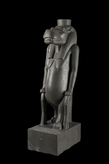 La déesse Thouéris, Musée égyptien du Caire Cette statue en grauwacke, d'un poli remarquable, date de la 26e dynastie (664-525 av. J.-C.). Elle figure la déesse sous forme d'un hippopotame debout, à pattes de lion ; ses mamelles pendantes et son ventre arrondi symbolisent la maternité et la fécondité. Elle était la déesse vivant dans le Nil, assimilée au limon noir fertilisant les terres. Une invocation aux déesses Thouéris (qui signifie « la Grande ») et Réret (qui signifie « la Truie », autre nom d'Isis, la sœur-épouse d'Osiris) est gravée sur le socle. La constellation de Réret était représentée sous forme d'hippopotame tenant la jambe d'un taureau (notre grande ourse) appartenant à Seth. Le meurtrier d'Osiris était ainsi empêché de nuire à son frère. Sur le pilier dorsal, il est demandé à la déesse de protéger Nitocris, la fille du pharaon Psammétique Ier. Les deux pattes antérieures de la déesse sont d'ailleurs chacune posée sur un grand hiéroglyphe représenté en trois dimensions, dont le sens est « protection ». © Franck Goddio/Hilti Foundation, photo : Christoph Gerigk