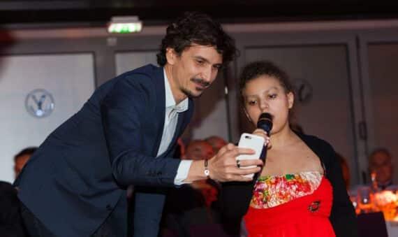 Laura aux côtés d'Arnaud Tsamère lors du Gala annuel de Make A Wish France Décembre 2015