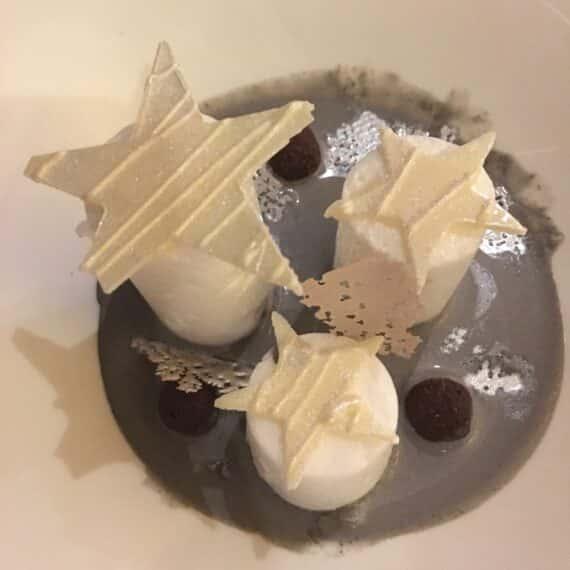 Étoiles des neiges : oeufs à la neige, caramel, crème anglaise au sésame noir, sorbet cassis, billes de sablé macaronade