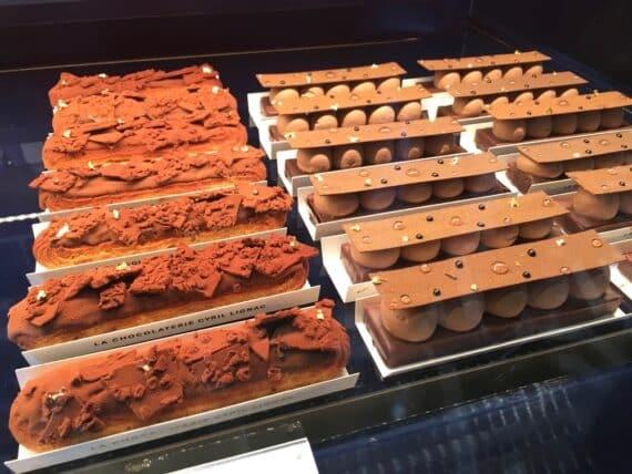 À gauche : éclair au chocolat - À droite : tarte au chocolat