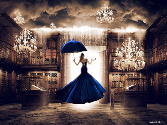 La femme en bleu face à la porte du digital