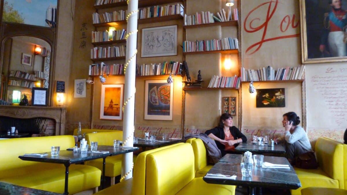 Ambiance littéraire et cosy au salon de thé La Fourmi Ailée à Paris